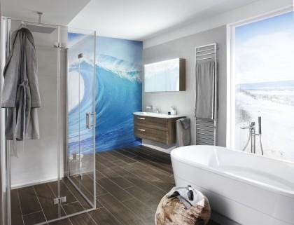 Wellness-Bad mit weißer Badewanne